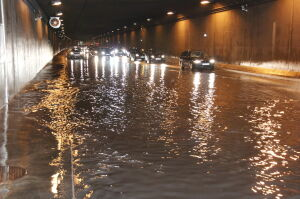 Woda w tunelu Wisłostrady. Dwie godziny utrudnień