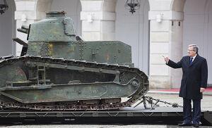 Zabytkowy czołg z Afganistanu przed Pałacem Prezydenckim