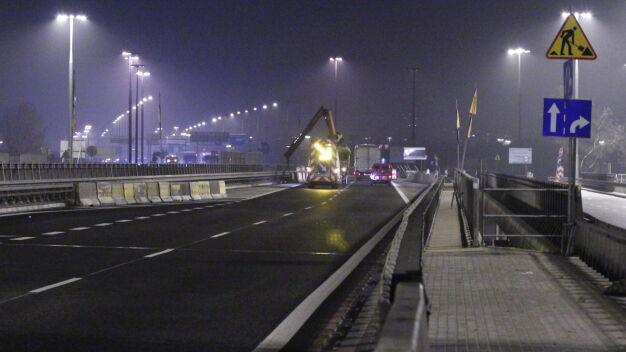 Zamykają połowę mostu Grota