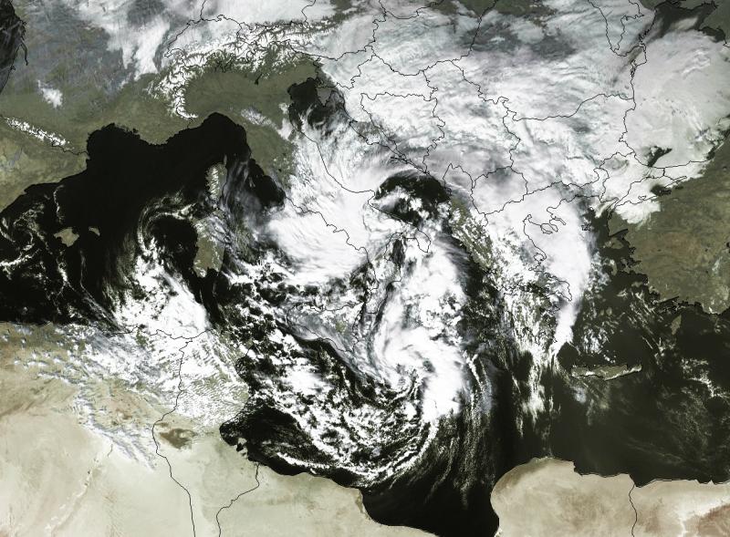 Niż nad Morzem Śródziemnym - układ nad Włochami i Grecją (Eumetsat)
