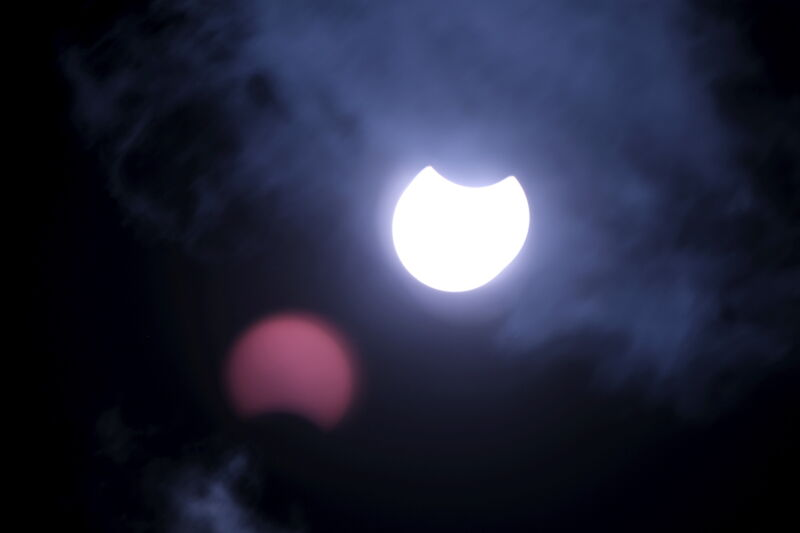 Częściowe zaćmienie Słońca na Łotwie (PAP/EPA/VALDA KALNINA)