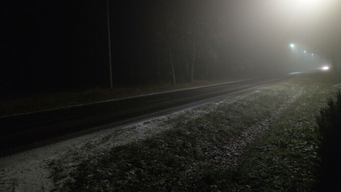 Noc z mgłami i śliskimi drogami. Ostrzeżenia i prognoza zagrożeń