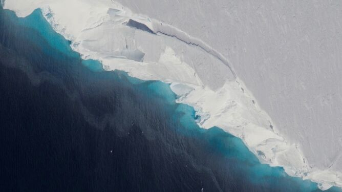 Ogromny lodowiec, a w środku dziura. <br />Antarktyka gwałtownie topnieje